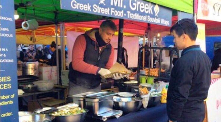 Ο Βολιώτης που ζει στο Λονδίνο και τους μαθαίνει να τρώνε σουβλάκι!