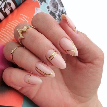 Manicure com listras de ouro