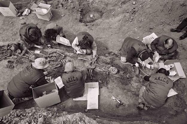 Recollida i neteja de restes humanes. Cetina (Espanya), març de 2010