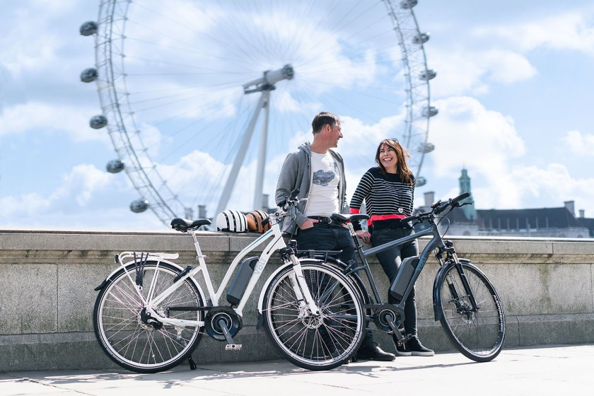 A couple stopping to chat in front of the London Eye with their VOLT Infinity LS and VOLT Infinity