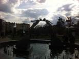 Escultura de los enamorados, en la plaza del metro metro Arjitektora Beketova