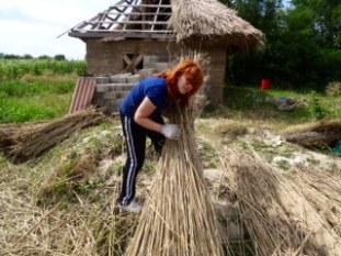 Bárbara manejando la paja.
