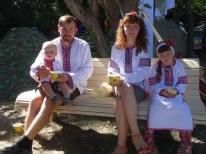 familia típica tradicional ucraniana asistente