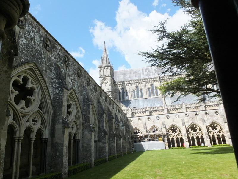 wunderschoener Innenhof Kathedrale von Salisbury
