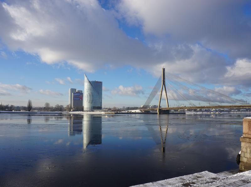 Düna in Riga - Blick auf moderne Bürobauten