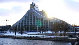 Spaziergang entlang der Düna in Riga