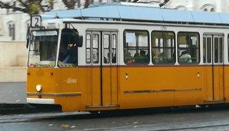 Mit der Straßenbahn Nummer 2 am Ufer der Donau entlang