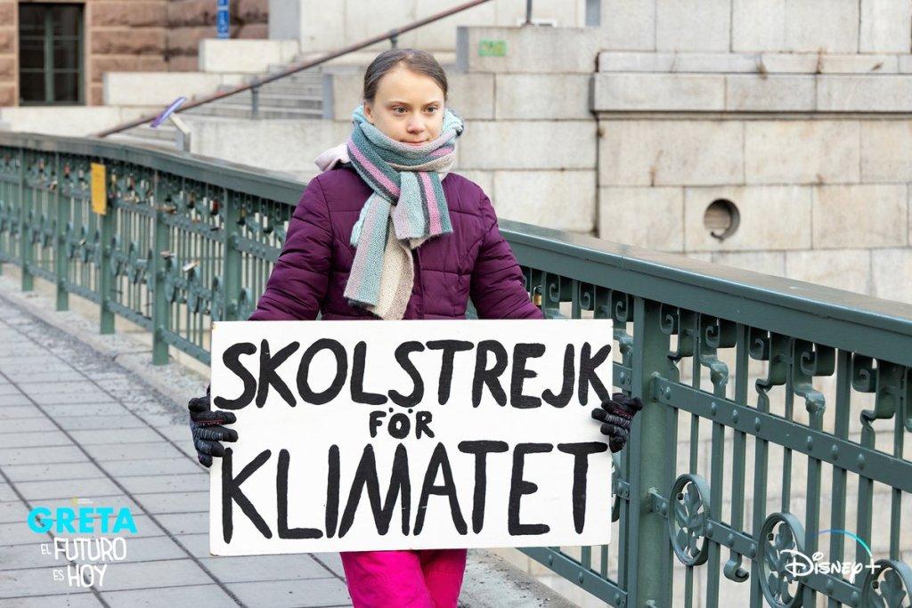 Greta Thunberg sostiene un cartel de huelga contra el cambio climático