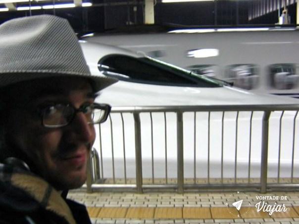 Bruno e o trem de alta velocidade Shinkansen, que liga Kyoto a Tokyo