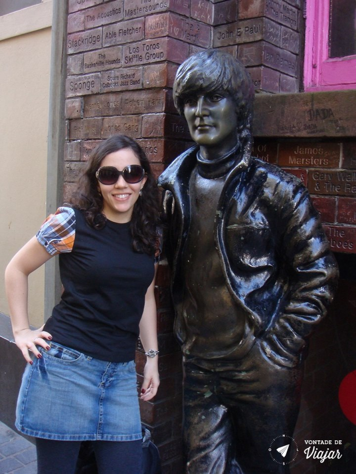 Estátua de John Lennon ainda garoto na Mathew Street