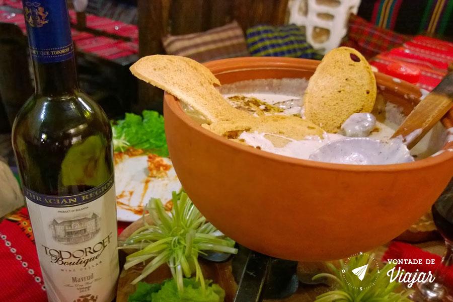Viagem a Bulgaria - vinho Mavrud no restaurante Hadjidraganov - foto de Evandro Domingues