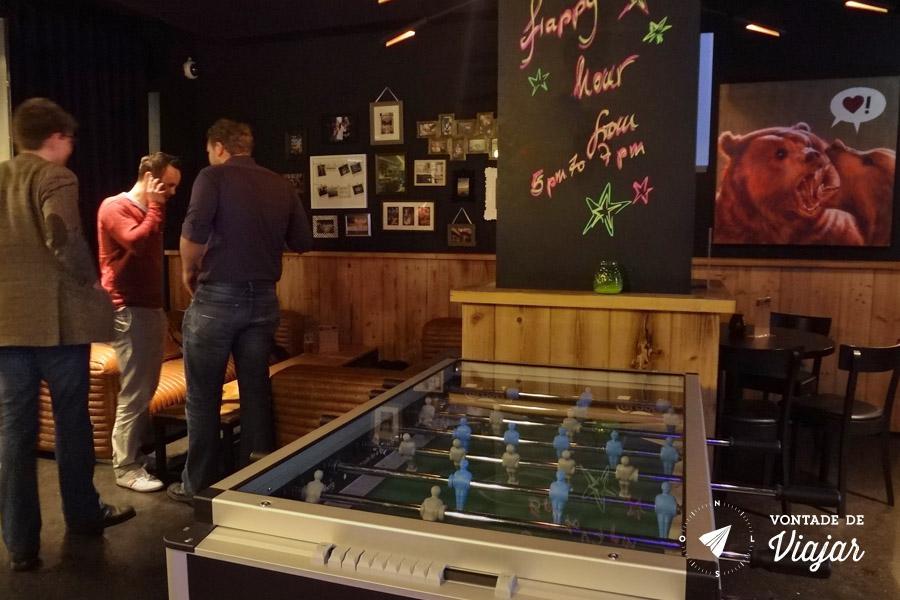 Onde ficar em Berlim - Pebolim no bar do albergue