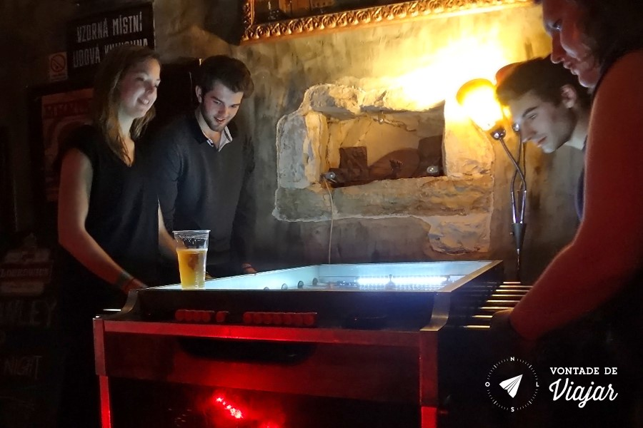 Pub Crawl em Praga - Karaoke e toto no Vodka Bar Propaganda