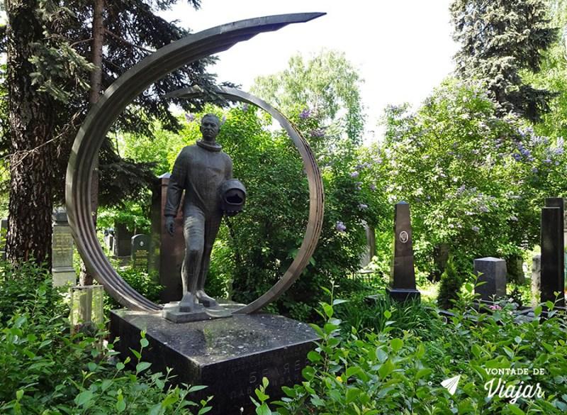 convento-de-novodevichy-em-moscou-astronauta-no-cemiterio