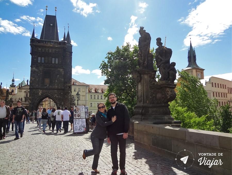 ponte carlos praga - torre gotica e estatua barroca