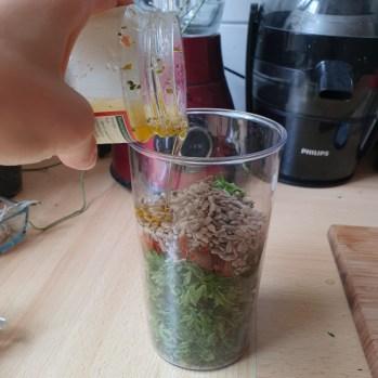 Möhrengrün Pesto mit Petersilie und getrockneten Tomaten zubereiten