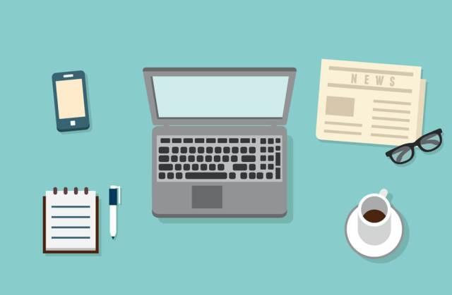 Ilustração de uma mesa de trabalho com laptop, celular, caderno, caneta, café, jornal e óculos de leitura.