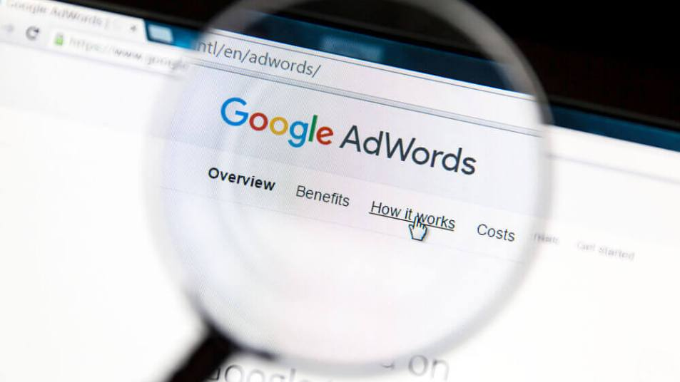 Uma lupa sobre o site do Google AdWords.