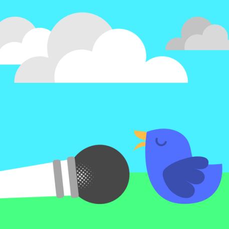 Ilustração de um passarinho fofinho falando em um microfone caído no chão e nuvens ao fundo.