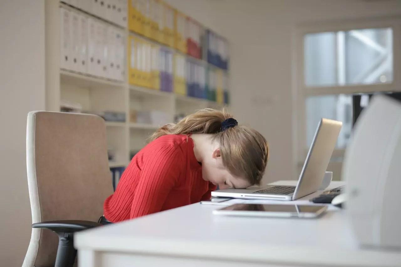 slapen achter laptop