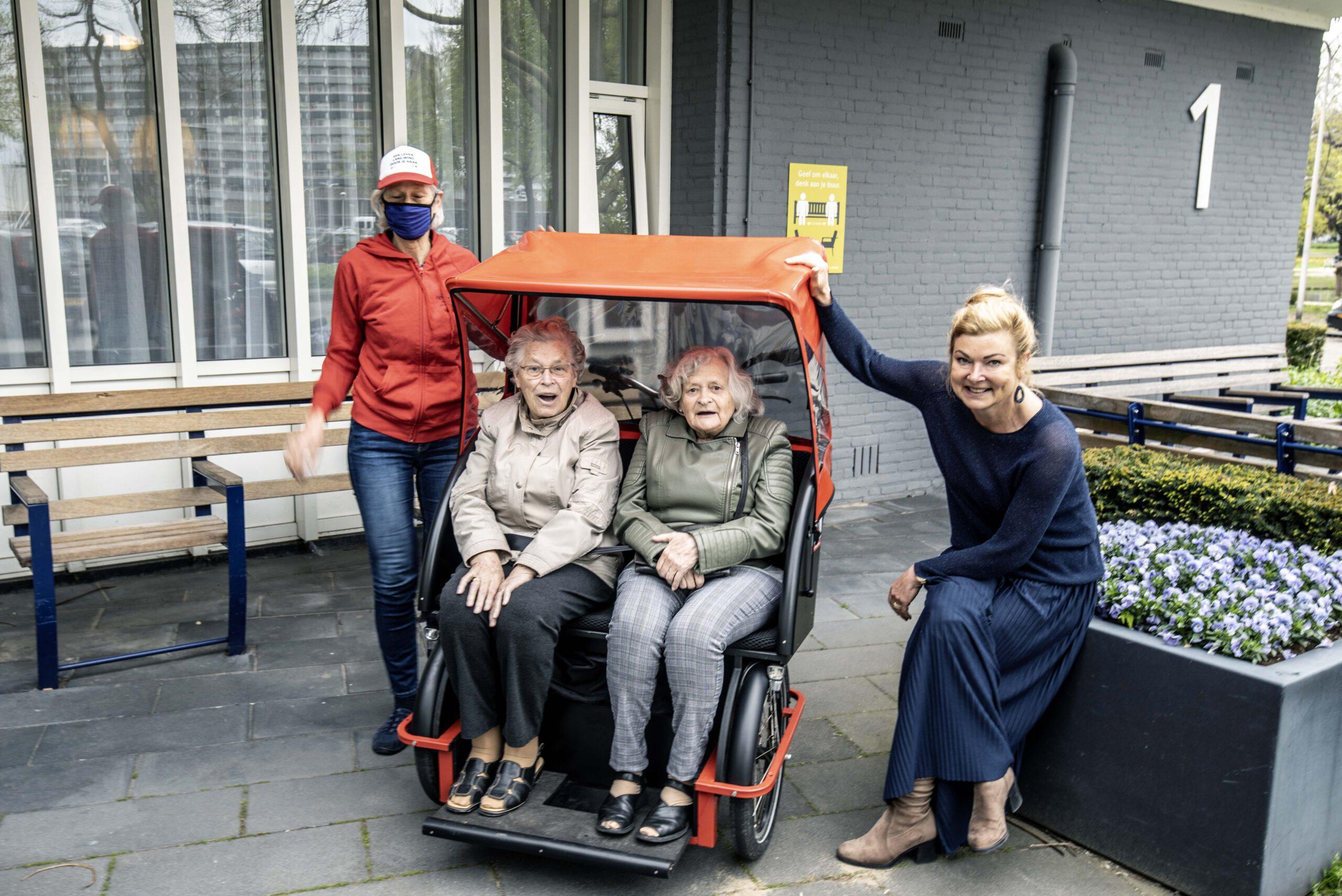 Ook bewoners Humanitas gaan fietsen met de riksja van Fietsen Alle Jaren Deventer