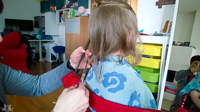 Am Nachmittag wird dem Frühlingskind eine Frisur verpasst