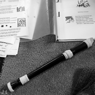 Die Kinder bringen meine alte Flöte, ich stelle fest, dass ich einige Weihnachtslieder noch spielen kann. Die Kinder wollen aber eher, dass ich singe - auch gut