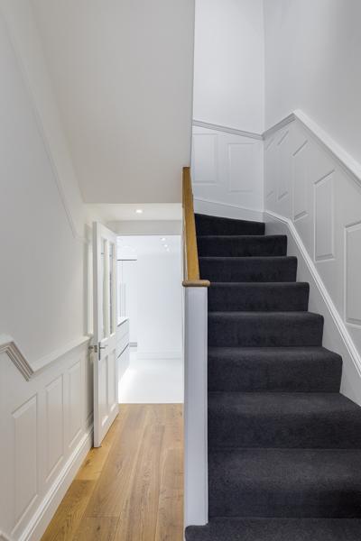 0605-stairs-wall-paneling-grey-carpet-vorbild-architecture-44