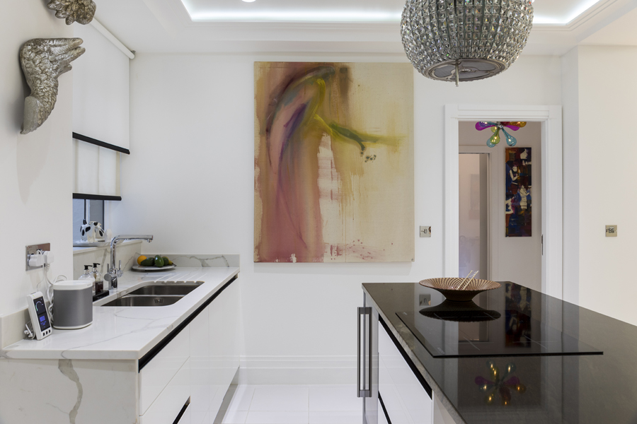0587 high gloss white kitchen with wite and brown marble worktops and elica extractor