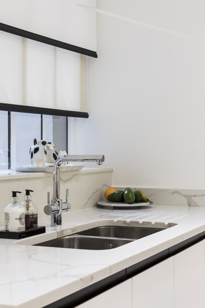 0587 kitchen Callacatta Bella marble worktop high gloss white cabinets and blinds in marylebone london