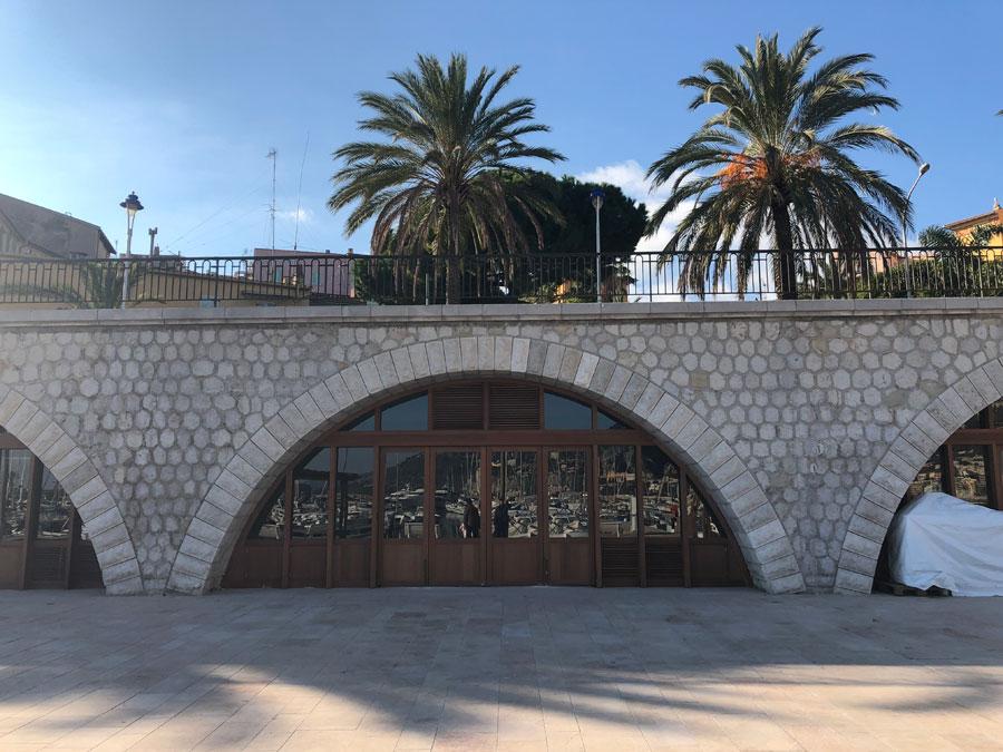 02528-cafe-overlooking-marina-menton-france-vorbild-architecture-004