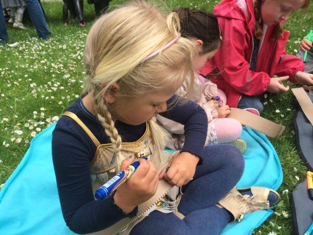 Indianerfest på legepladsen - børnefødselsdag for 6-årige piger