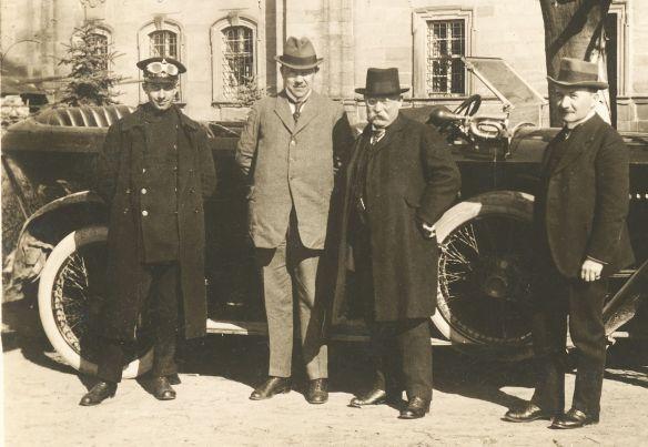 Adler_Spitzkühler_Tourenwagen_Anfang_1920er_Umstehende