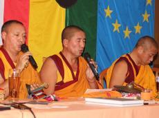 die Mönche informieren über das Klosterleben und den Buddhismus