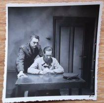 De artdirector als boef in Secret File USA. Collectie Pien Duetz