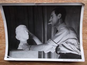 Fokke Duetz aan het beeldhouwen. Collectie Pien Duetz