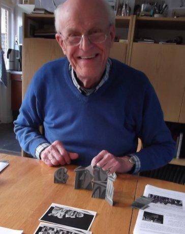 Jan van der Does met de decor maquette voor Changeant (KRO, 21-3-1959) Collectie Jan van der Does