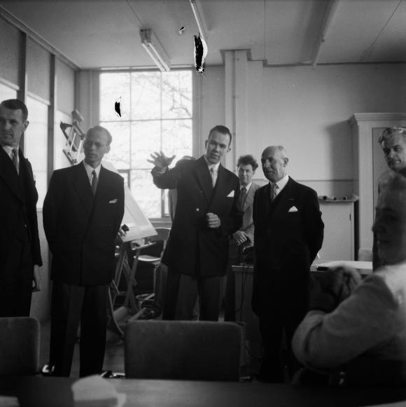 Bezoek van commissaris van de Koningin, 8-5-1956 © Beeld en Geluid