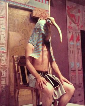 Frank Rosen figureert met Ibis-kap in Herodotus: De dief (VPRO, 7-2-1974), regie Ruud van Hemert, decor Frank Rosen. Collectie Frank Rosen/ fotodienst NOS