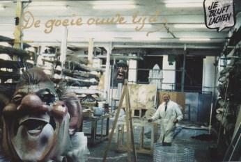 Toon Scheerder in het decoratieatelier op de Kampstraat, op de foto gezet door college Ger Nooy. Collectie Hannemiek Kerstens