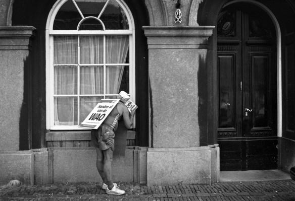 Demonstrant tegen WAO-herzieningen op het Binnenhof.  Den Haag september 1991. Foto Bert Verhoeff