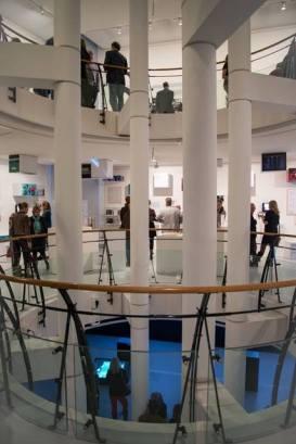 Boven de etage van nieuwsfotograaf Bert Verhoeff, midden NOS journaal en RTL nieuws, beneden videokunst