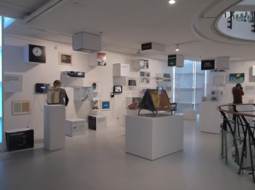 De tv-etage toont de ontwikkeling van het NOS journaal en RTL nieuws