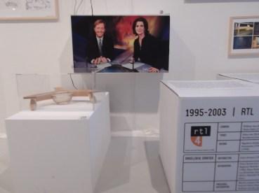 Maquette van de desk van Dirk Debou, die overigens thuis werkt achter de NOS journaaldesk uit 1995