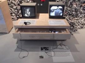 Twee werken van Ant Farm, waarvan een over de media en de aanslag Kennedy. Collectie Li-Ma