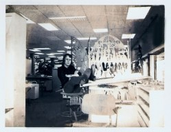 De werkplek van Nick de Weerd en Freek Biesiot in de kantoortuin op het mediapark, ca 1974. Collectie Nick de Weerd