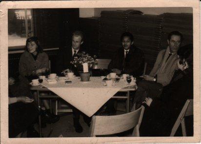 Jenny Kehrer, Jan van der Does, Ben Hulskamp en Fokke Duetz bij een omroepreceptie of -feest, begin jaren zestig. Collectie Martien van den Dijssel