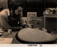 Martien van den Dijssel bij maquette voor Toppop (AVRO, 1973). Ontwerp Hans van der Jagt. Collectie Martien van den Dijssel