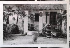 Exterieur huis in de tropen voor onbekende reclamefilm. Collectie erven Van Baarle