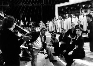 Foto van cast en crew tijdens repetitie Sterrenshow (VARA 1984-1986), decor: Hub Berkers. Collectie Hub Berkers / NIBG